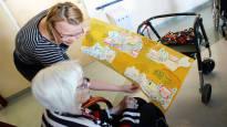 Vanhusten hoivakotiin avattiin kuukaudeksi ateljee – kun asukkaat maalasivat sielunmaisemaansa, heidän muistinsa terästyi