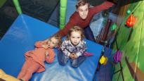 Kolmen pienen tytön isä ei välittänyt rahasta ja jäi kotiin hoitamaan lapsia –  hän suosittelee sitä muillekin