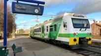 Kiskobussien ongelmat kismittävät matkustajia: istumapaikat eivät riitä, junia korvataan linja-autoilla