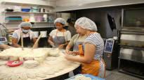 Suomessa on huutava työvoimapula, mutta työnantajilla on ennakkoluuloja maahanmuuttajista – tämä leipomoyrittäjä palkkaa heitä mielellään