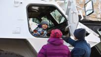 Katso kuvat itsenäisyyspäivän juhlinnasta Mikkelissä – seppeleenlasku, paraati ja kalustonäyttely keräsivät tuhansia ihmisiä kaupungin kaduille