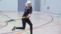 8.-luokkalaisen tytön erikoinen tilanne: pelaa iltaisin pesäpalloa samassa liikuntasalissa, joka päivisin on käyttökiellossa