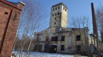 Historiallinen tehdasalue kuihtui rapistuneeksi aavekyläksi – 30 vuotta hiljaa seisseet rakennukset ja iso rautatiesilta saavat nyt lähteä