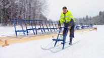 Suomi on liikuntatalkoiden maa: kaksi miestä, mönkijä ja liuta potkukelkkoja