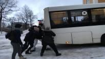 Jäätävä sade on sotkenut liikenteen Oulun seudulla – autot luistelevat jäisillä teillä