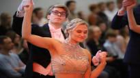 Tyttövaltaisissa lukioissa on huutava pula kavaljeereista – vanhojentanssien konkarit tanssittavat daameja monta vuotta putkeen