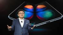 Samsung esitteli puhelimen, jossa on taittuva näyttö – yrittää piristää kutistuvaa kännykkäkauppaa