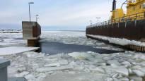 Työpäivä vaihtui pitsan paistamiseen – hailuotolaiset jäivät mottiin matalan meriveden takia