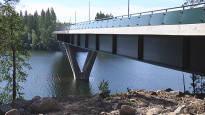 Naiset puuttuivat nuorten vaarallisiin uimahyppyihin sillalta – Aikuisten reaktiot herättivät ihmetystä, pelastuslaitos varoittaa paikasta