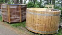 """Mitä jokainen suomalainen tarvitsee nyt kesämökille? No kylpytynnyrin tietysti, kertovat rautakauppiaat: """"Myyty jopa esittelytuotteet"""""""