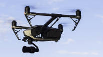 Droonien rajoitukset etenevät – vankiloilla tarvetta estää huumenyssäköiden lennättäminen