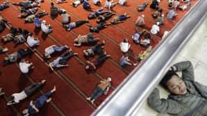 Indonesian muslimeja makoilee Istiqlalin moskeijassa Ramadania viettäen.