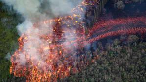 Massiivinen laavavirta tuhoaa metsää Pahoessa, Havajilla 19. toukokuuta.