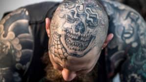 Miehen tatuoitu pää.