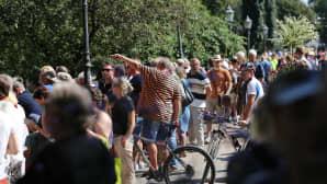 Ihmiset seurasivat Trumpin ja Putinin saattueiden saapumista presidentinlinnaan Helsingin Esplanadilla 16. heinäkuuta.