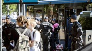 Poliisi pidättää mielenosoittajia taidemuseo Kiasman edustalla Helsingissä.