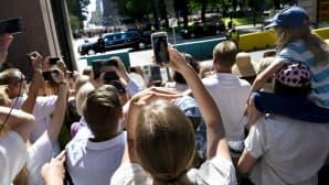 Ihmiset seurasivat Trumpin saattueen saapumista presidentinlinnaan 16. heinäkuuta.