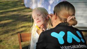 Kasvomaalauksen tekemistä lapselle
