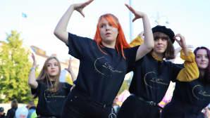 Kpop Dance School esiintymässä