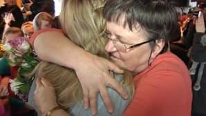 Nainen halaa Miss Suomea.