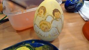 Pääsiäismunan kylkeä koristaa kolme enkeliä.