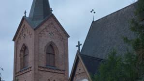 kirkon torni ja paanukattoa