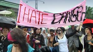Lutkamarssijat kantavat banderollia