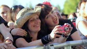 Naiset katsovat kuvia kamerasta