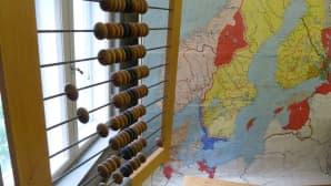 50-luvun luokkahuoneessa on kartta ja helmitaulu