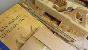 Kansakoulun veistopiirrustuksia -kirjaa käytettiin opetukseen.