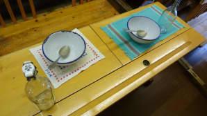 Kansakoulussa ruokailtiin pulpeteissa, ja ateriat syötiin emalikulhoista. Maito tuotiin kotoa lasisessa patenttipullossa.
