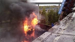 Palava rekka roikuu osittain sillalta Tampereen Lakalaivan monitasoliittymässä