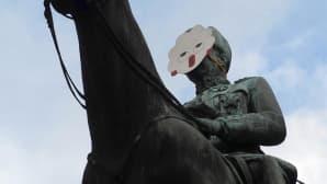 Mannerheimin ratsastajapatsas Helsingissä naamari kasvoillaan.