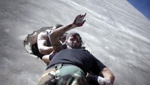 Haavoittunutta kapinallista kuljetetaan pois taisteluasemista Aleppossa, Syyriassa, 26. syyskuuta 2012.