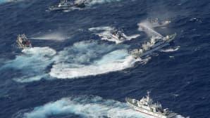 Japanin rannikkovartioston alus suihkuttaa taiwanilaisia kalastusaluksia vesitykein kiistanalaisten Senkaku- tai Diaouy-saarten lähistöllä.