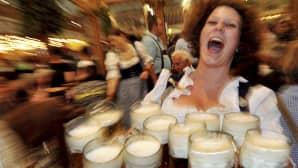 Helga-niminen tarjoilija kantaa oluttuoppeja asiakkaille Oktoberfestissa.