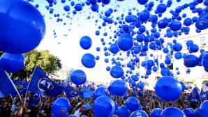 Oppositiossa olevan Georgian unelma -puolueen kannattajat päästävät kymmeniä ilmapalloja vapaaksi osana mielenosoitusta.