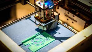 3D-printteri tulostaa muovilevyä.