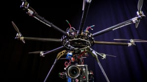 Kauko-ohjattava multiroottori-kopteri, johon on kiinnitetty kamera.