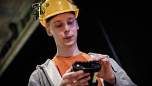 Juuso Metsävuori esittelee rakentamaansa robottia.