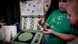 Eero af Heurlin esittelee Helsinki Hacklabin rakentamaa Tšernobyl-ydinreaktorisimulaattoria.