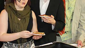 Kuvassa naamiaisasuihin pukeutuneita opiskelijoita ruokalassa