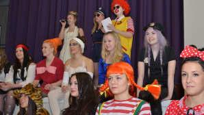 Kuvassa opiskelijoita naamiaisasuissa