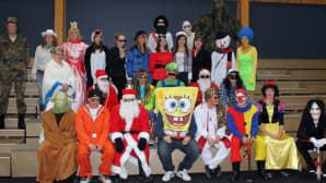 Kuvassa opiskelijoita naamiaisasuissa ryhmäkuvassa