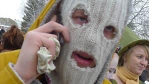 Kuvassa naamioitunut poika