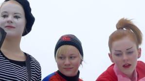 Kuvassa kolme naamioitunutta tyttöä