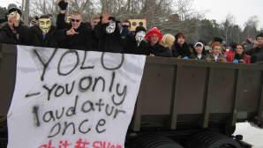 Kuvassa auton lavalla naamiopukuisia opiskelijoita