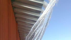 JÄäpuikkoja roikkuu katolta.
