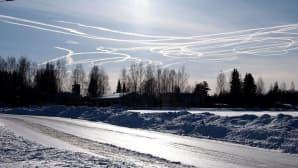 Taivaalla lentokoneiden juovia.