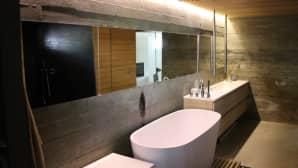 Kylpyhuone- ja saunatila kellarikerroksessa.